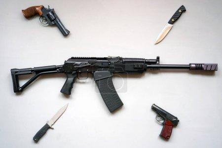 Photo pour Gros plan d'une mitrailleuse à sanglier, de couteaux et de pistolets de l'armée sur fond gris. Isolé. pose plate . - image libre de droit