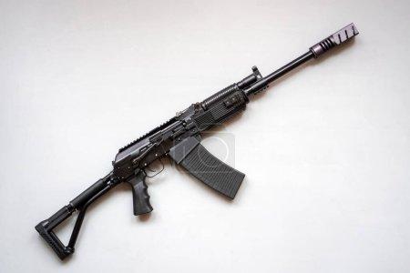 Photo pour Gros plan d'une mitrailleuse à sanglier sur fond gris . - image libre de droit