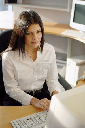 Photo pour Femme cadre au bureau, face à l'ordinateur - image libre de droit