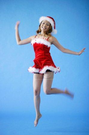 Photo pour Jeune belle femme courir en robe rouge - image libre de droit