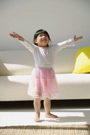Photo pour Une petite fille en costume de ballerine - image libre de droit