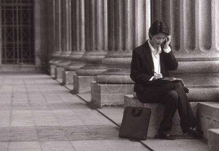 Photo pour Séance exécutive féminine, avec téléphone cellulaire - image libre de droit