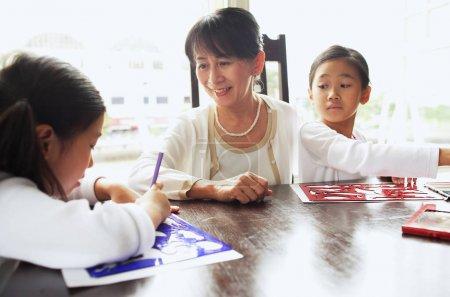 Photo pour Grand-mère avec deux filles, dessin - image libre de droit