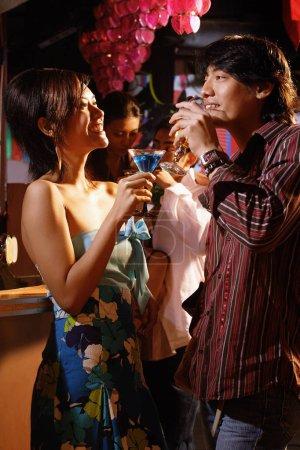 Photo pour Couples au club, boire - image libre de droit