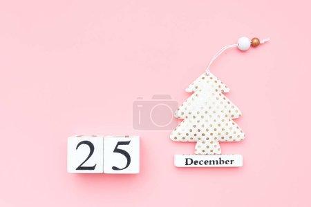 Photo pour Calendrier en bois 25 décembre, arbre de Noël en textile sur fond rose. Joyeux Noël concept. Haut de la page Gabarit plat Modèle pour le design, carte de souhaits, carte postale. - image libre de droit