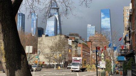 El muy antiguo contrasta arquitectónicamente con el muy nuevo como se muestra en un día nublado de invierno a lo largo de la Novena Avenida en Manhattan .
