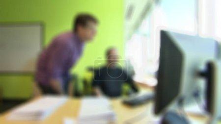 Photo pour Deux ingénieurs regardent un ordinateur sur la table en bois.fond flou. Convient à un projet technologique. - image libre de droit