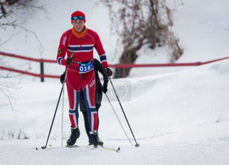 Photo pour Kazakhstan, Almaty - 25 février 2018: Compétitions de ski Amateur de Arba fest de ski 2018. Participants de partout dans la République a participé aux compétitions et se disputent les médailles - image libre de droit
