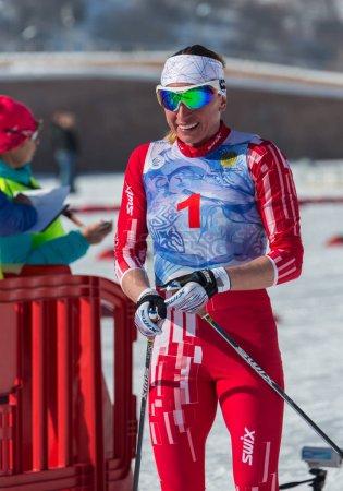 Photo pour Kazakhstan, Almaty - 25 février 2018: Compétitions de ski Amateur de Arba fest de ski 2018. Participants de partout dans la République a participé aux compétitions et se disputent les médailles. Femme - image libre de droit