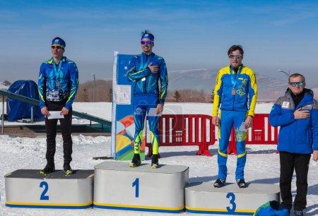 Photo pour Kazakhstan, Almaty - 25 février 2018: Compétitions de ski Amateur de Arba fest de ski 2018. Participants de partout dans la République a participé aux compétitions et se disputent les médailles. Or - image libre de droit