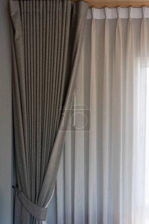 Foto de Hermosa cortina marrón de tela moderna con iluminación decoración interior ventana contemporánea. - Imagen libre de derechos