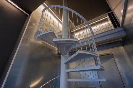 Photo pour Escaliers en spirale Décoration circulaire Architecture extérieure des bâtiments - image libre de droit