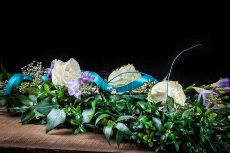 Photo pour Bol mariné et fleurs roses - image libre de droit
