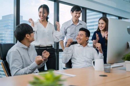 """Photo pour Bonne équipe de gens d'affaires asiatiques dans son bureau. Unité et travail d """"équipe. - image libre de droit"""