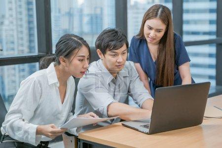 Photo pour Asian Business team en fonction. Unité et travail d'équipe. Groupe des gens d'affaires - image libre de droit