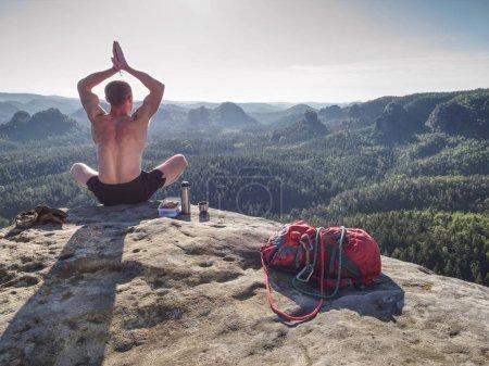 Photo pour Grignotines préparées avec des fruits et des sandwiches au sommet de la montagne. Alpiniste avec sandales, corde d'escalade, agrafe et mousqueton pour emprunter les sentiers via ferrata. - image libre de droit