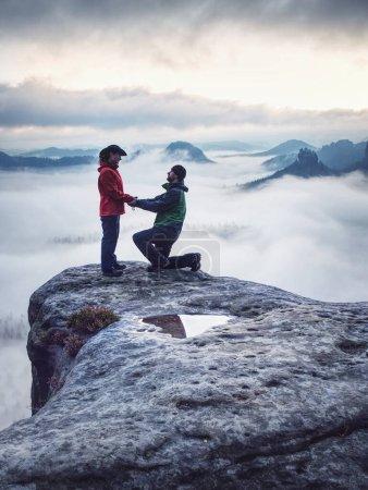 Photo pour Les amoureux voyagent ensemble et se détendent sur la montagne au lever du soleil. Silhouette d'amoureux. Couple. Relations humaines - image libre de droit