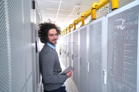 Photo pour Jeune technicien travaillant dans la salle des serveurs blanc - image libre de droit