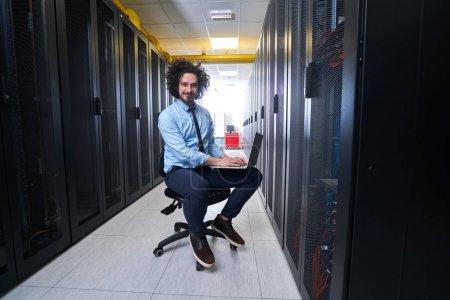 Photo pour Jeune technicien travaillant sur des serveurs - image libre de droit