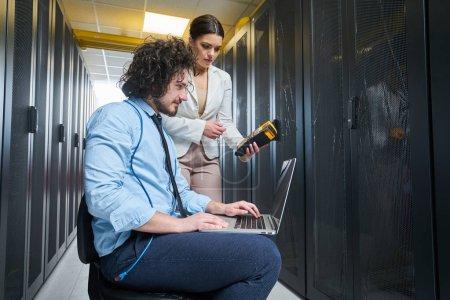 Photo pour Jeune technicien travaillant sur les serveurs - image libre de droit