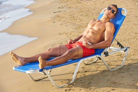 Photo pour Modèle de Fitness belle détente, bain de soleil allongé sur le sable. Vacances voyage été - image libre de droit