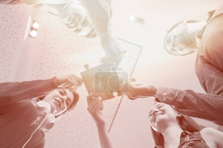 Photo pour Les gens d'affaires de démarrage assemblage jigsaw puzzle, soutien de l'équipe et aider concept - image libre de droit