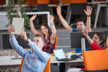 Foto de Startup business people grupo de trabajo diario en el espacio moderno de coworking oficina - Imagen libre de derechos