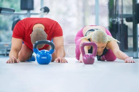 Foto de Grupo con entrenamiento funcional con kettlebell en gimnasia del deporte - Imagen libre de derechos