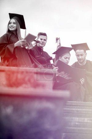 Photo pour Jeunes diplômés, célébration - image libre de droit