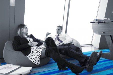 Photo pour Gens d'affaires de démarrage groupe de travail tous les jours de travail au bureau moderne - image libre de droit