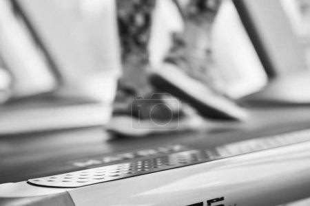 Photo pour Jeune fille s'exécute sur tapis roulant. Fille active dans la salle de gym fonctionne sur tapis roulant. Activité cardio athlète sur tapis roulant. - image libre de droit