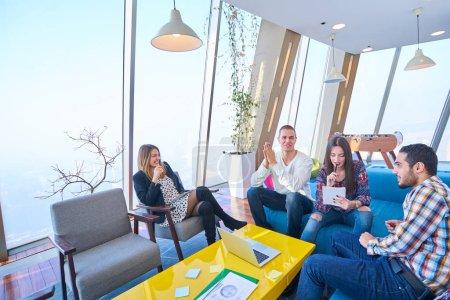Photo pour Start-up gens d'affaires groupe travail quotidien au bureau moderne - image libre de droit
