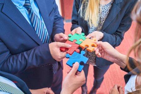 Photo pour Groupe de gens d'affaires assemblage puzzle et représentent l'équipe soutien et aide concept bureau moderne - image libre de droit