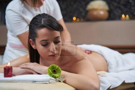 Photo pour Femme de Spa. Femme appréciant relaxant massage du dos au centre de spa de cosmétologie. Concept de traitement de beauté, bien-être, soins, bien-être, soins de la peau du corps. - image libre de droit