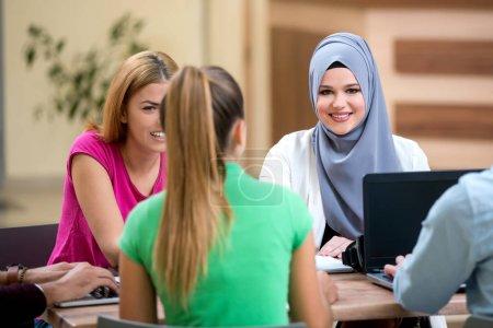Photo pour Multi ethnique groupe d'étudiants qui travaillent ensemble sur la tâche. Équipe diversifiée, de la conception, travail d'équipe, collègues - image libre de droit