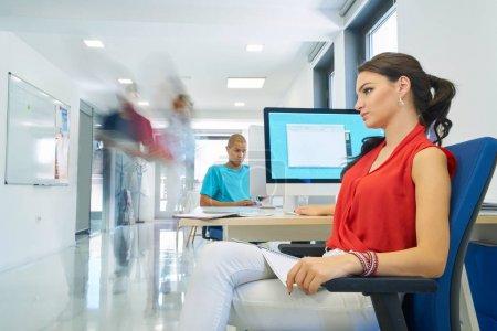Foto de Gente de negocios de Inicio Grupo de trabajo todos los días trabajo en la oficina moderna - Imagen libre de derechos