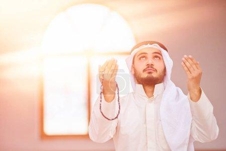 Photo pour Religieux musulman priant à l'intérieur de la mosquée - image libre de droit