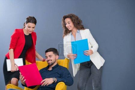 Foto de Retrato de concepto de reunión de brainstorming de inicio diversidad trabajo en equipo. Joven de negocios multiétnico equipo de trabajo y planificación puesta en marcha en el espacio moderno coworkig. - Imagen libre de derechos