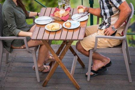 Photo pour Beau jeune couple hispanique déjeuner et profiter de l'océan Découvre au cours d'un rendez-vous romantique à la plage - image libre de droit