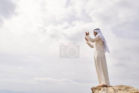 Photo pour L'homme iislamic prier sur la montagne. - image libre de droit