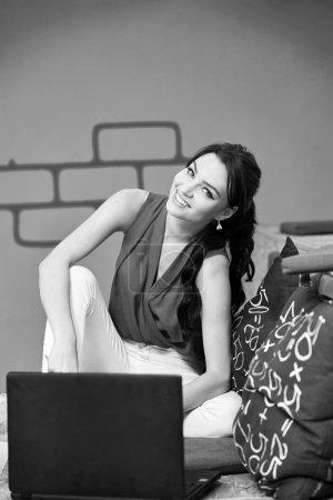 Photo pour Démarrage d'une entreprise, développeur de logiciels travaillant sur un ordinateur dans un bureau moderne - image libre de droit