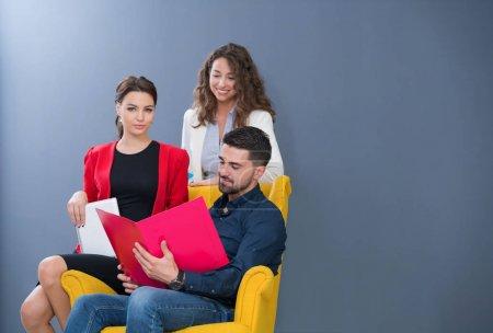 Photo pour Portrait of Startup diversity teamwork brainstorming meeting concept. Entreprise jeune équipe multiethnique de travail et de planification Start Up dans l'espace de coworkig moderne . - image libre de droit