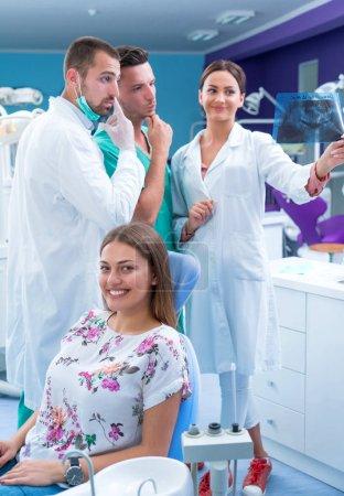 Photo pour Dentiste présente une radiographie de patients des dents dans le bureau moderne - image libre de droit