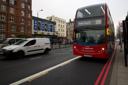 Photo pour Transports publics britanniques à côté de doubles lignes rouges - image libre de droit