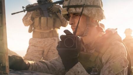Foto de Soldado es el uso de Radio para comunicación durante la operación militar en el desierto - Imagen libre de derechos