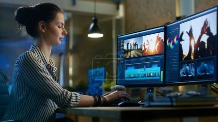 Photo pour Female Video Editor travaille avec des images et du son sur son ordinateur personnel. Elle travaille tard. Son bureau est moderne et créatif Loft Studio . - image libre de droit