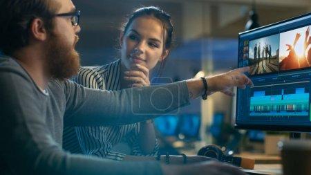 Photo pour Les monteurs vidéo féminins et masculins travaillent avec des images et du son sur leur ordinateur personnel avec deux écrans. Ce sont des gens beaux et créatifs et leur bureau est moderne Loft . - image libre de droit