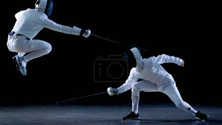Две Профессиональные Фехтовальщики Показывают Мастерское