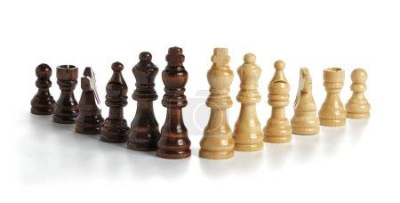 Photo pour La photographie montre tous les pions utilisés dans le jeu (brun clair et foncé) en bois disposés en rangée avec une forme de triangle . - image libre de droit