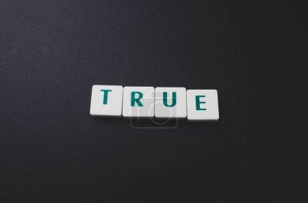 Photo pour Un seul mot de vrai. Photographie de lettres en bois - image libre de droit